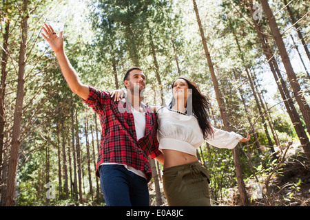 Junges Paar herumalbern im Wald, ausgestreckten Armen - Stockfoto