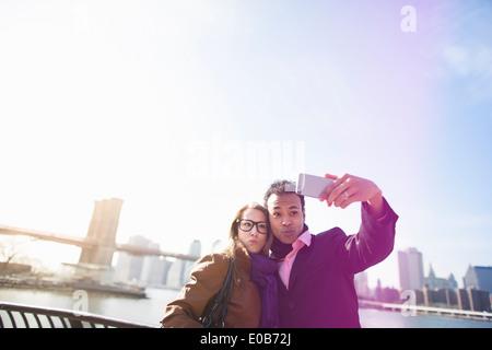 Junges Paar Fotografieren selbst, New York, USA - Stockfoto
