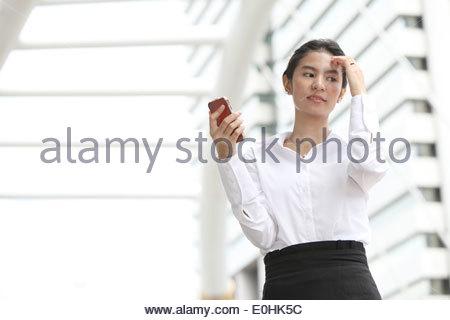 Foto businesswoman denken etwas mit ihrem Handy, ernst - Stockfoto