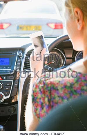 Fahrerin SMS während der Fahrt - Stockfoto