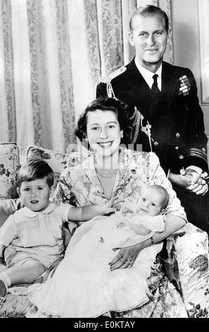 Königin Elizabeth II und Prinz Philip mit ihren Kindern - Stockfoto