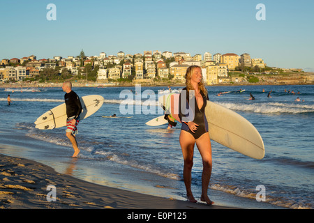 Sydney Australien NSW New South Wales Bondi Beach Pazifik Surf Wellen Sand öffentlichen North Bondi Felsen Surfer - Stockfoto