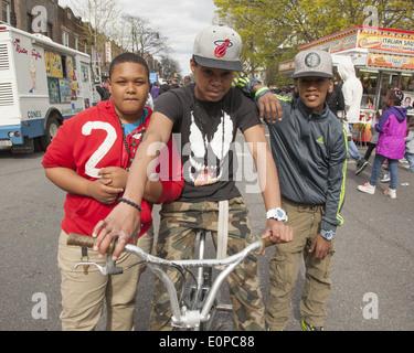 Porträt von drei jungen Freunden in der Kirche Avenue in Flatbush Nachbarschaft während ein Straßenfest in Brooklyn, - Stockfoto
