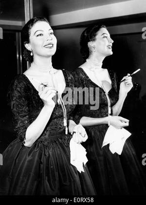 Schauspielerin Ava Gardner eine Zigarette rauchend - Stockfoto