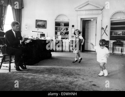 Präsident Kennedy spielen mit seinen Kindern im Weißen Haus - Stockfoto