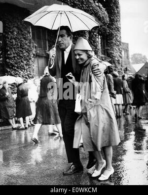 Schauspieler Anthony Quinn und Ehefrau Katherine gefangen im Regen - Stockfoto