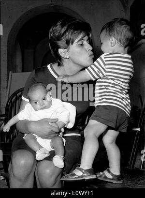 Anthonys Frau spielt mit ihren beiden Söhnen Jolanda - Stockfoto
