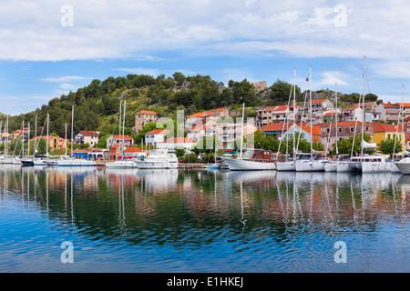 Skradin ist eine kleine historische Stadt und Hafen an der Adria und dem Fluss Krka in Kroatien - Stockfoto