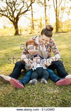 Portrait von Mitte Erwachsene Mutter, Tochter und Baby Sohn im park - Stockfoto