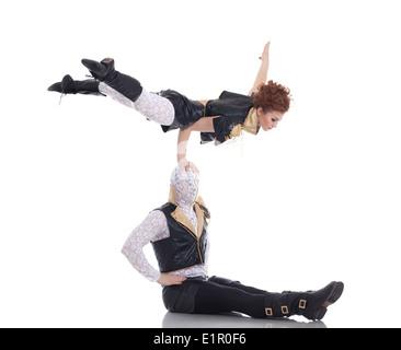Moderne Tanzpaar posiert in akrobatischen pose - Stockfoto