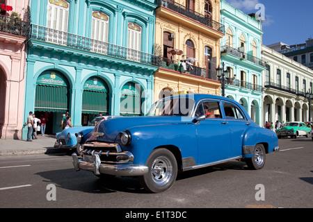 Klassische Autos und Straßen, Havanna, Kuba - Stockfoto