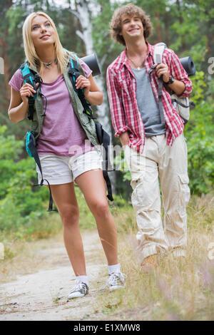 Paar beim Wandern im Wald wegschauen - Stockfoto