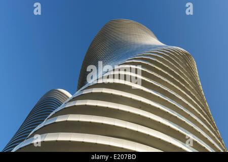 Absolute Türme, Mississauga, Kanada. Architekt: Müller Architekten, 2012. Die Absolute Türme aus dem Boden zu sehen. - Stockfoto