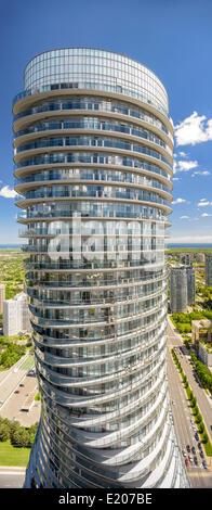 Absolute Türme, Mississauga, Kanada. Architekt: Müller Architekten, 2012. Ansicht des Südturmes vom Balkon des Nord - Stockfoto