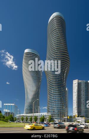 Absolute Türme, Mississauga, Kanada. Architekt: Müller Architekten, 2012. Die beiden absoluten Türme in Mittag von - Stockfoto
