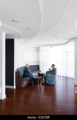 Absolute Türme, Mississauga, Kanada. Architekt: Müller Architekten, 2012. Zwei Personen, ein Gespräch in einer Penthouse - Stockfoto