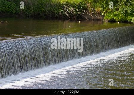 Wehr-Wasser-Kaskaden flussabwärts - Stockfoto