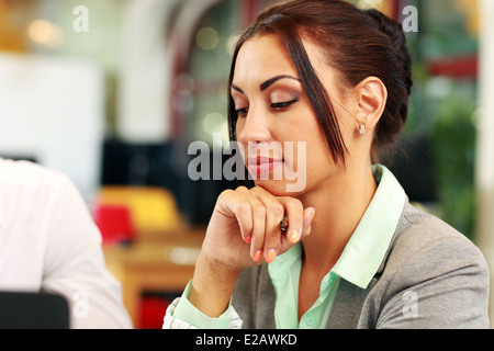 Porträt von nachdenklich Geschäftsfrau im Büro - Stockfoto