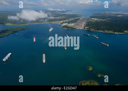 Panama Doppelpunkt Provinz Panama-Kanal Cargo Schiffe auf Gatun See warten nachzutun Gatun Schleusen Limon Bay (Bahia - Stockfoto