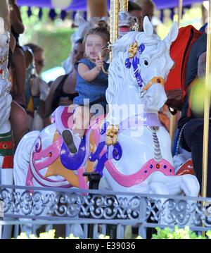 Verbringen Sie Zeit mit ihren Kindern im Disneyland, David und Victoria Beckham. Die berühmte Familie verbrachte - Stockfoto