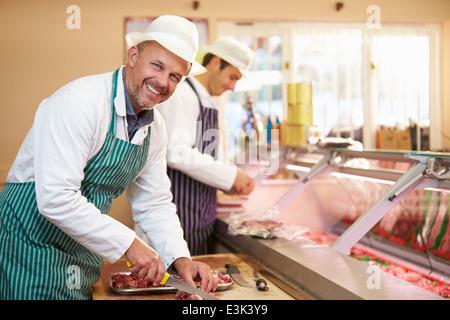 Zwei Metzger, die Zubereitung von Fleisch im Shop - Stockfoto