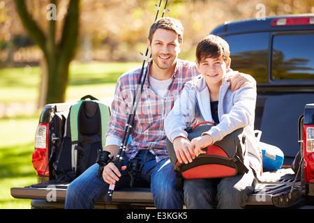 Vater und Sohn sitzen im Pick Up Truck auf Campingurlaub - Stockfoto