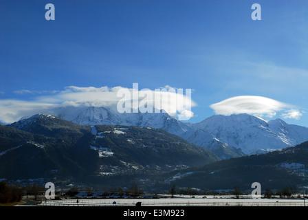 An einem sonnigen Wintertag mit linsenförmige Wolken über zwei Gipfel des Mont-Blanc - Stockfoto