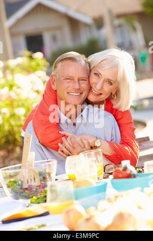 Reifen Sie romantisch zu zweit genießen Mahlzeit im Freien im Garten - Stockfoto