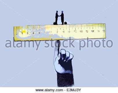 Geschäftsleute Händeschütteln auf Lineal ausgewogen auf große finger - Stockfoto