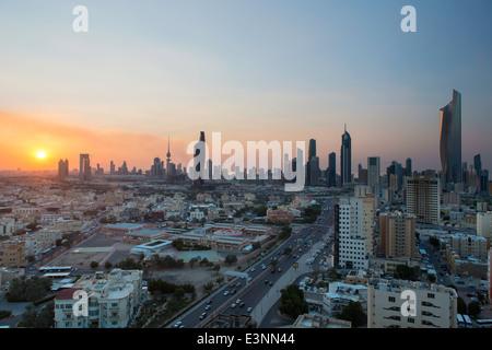 Kuwait, Skyline der Stadt und zentraler Geschäftsbezirk, erhöhten Blick - Stockfoto