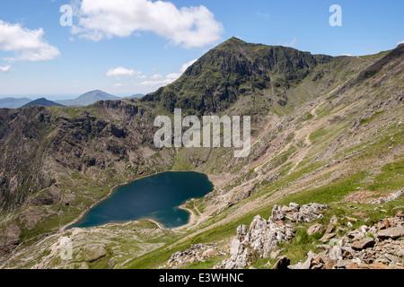Mount Snowdon mit Llyn Glaslyn See unten gesehen, von Kinderbett Goch auf Snowdon Horseshoe in Snowdonia National - Stockfoto