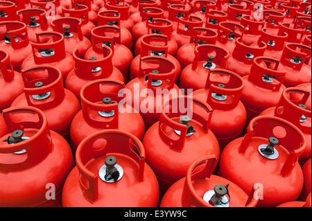 Nahaufnahme von Hunderten von Gasflaschen in ein Depot warten. - Stockfoto