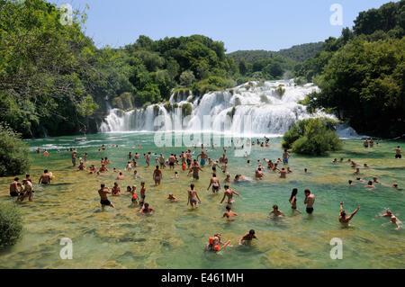 Touristen, Baden im Pool im Fluss Krka unter Skradinski Buk Wasserfall, Nationalpark Krka, Sibenik, Kroatien, Juli - Stockfoto