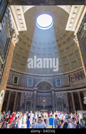 Pantheon, Interieur mit Kuppel und Altar, Rom, Latium, Italien - Stockfoto