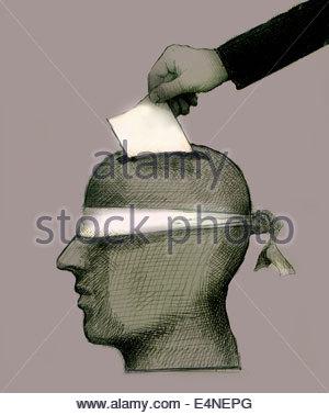 Hand, die Abstimmung in mit verbundenen Augen Kopf Wahlurne Hinterlegung - Stockfoto