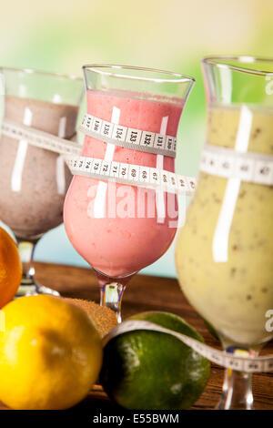 Exotische alkoholische Getränke mit Früchten isoliert auf weißem Hintergrund festlegen - Stockfoto