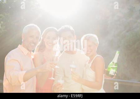 Freunde, toasten gegenseitig mit Champagner - Stockfoto