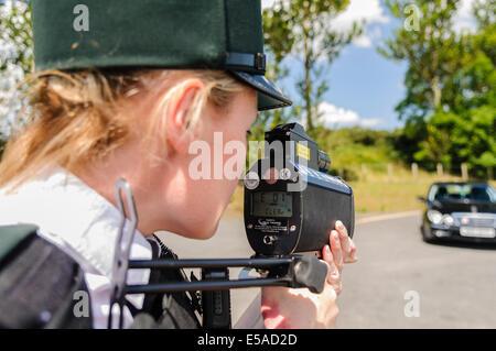 Lisburn, Nordirland. 25. Juli 2014. -Eine Polizistin verwendet eine Laserpistole Tempo-Erkennung. Bildnachweis: - Stockfoto