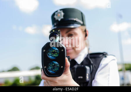 Lisburn, Nordirland. 25. Juli 2014. -Polizei Inspektor Rosie Blutegel aus dem Road Policing Zweig verwendet eine - Stockfoto