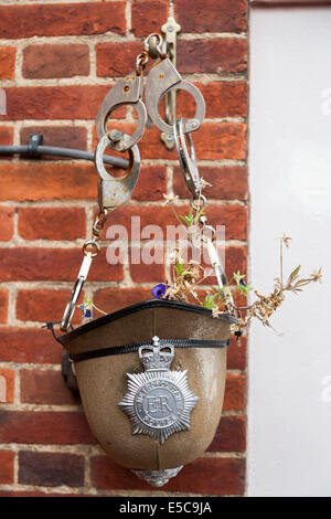 Hängende Blume Korb @ Twickenham Polizeistation in London Metropolitan traf Polizist Helm Hut, Kappe Abzeichen & - Stockfoto