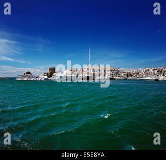 Luxus-Yachten und Motorboote vor Anker im Hafen von Puerto Banus in Marbella, Spanien. Marbella ist ein beliebtes - Stockfoto