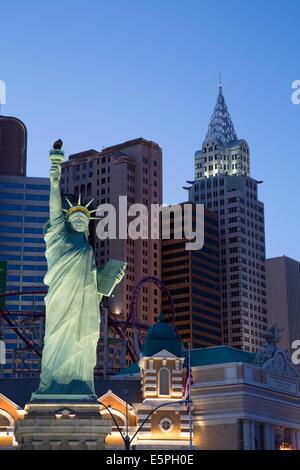 Nachbildung der Statue of Liberty am Abend, New York-New York Hotel and Casino, Las Vegas, Nevada, USA - Stockfoto