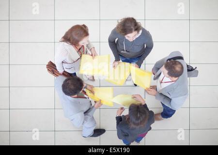 Draufsicht der berufstätige Frauen und Männer mit Papierkram im Konferenz-Center atrium - Stockfoto