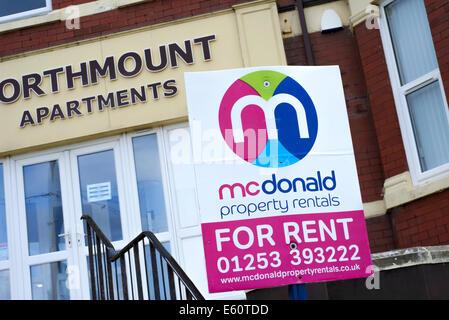 Immobilie zu vermieten Schild draußen Apartments in Blackpool, Lancashire, Großbritannien - Stockfoto