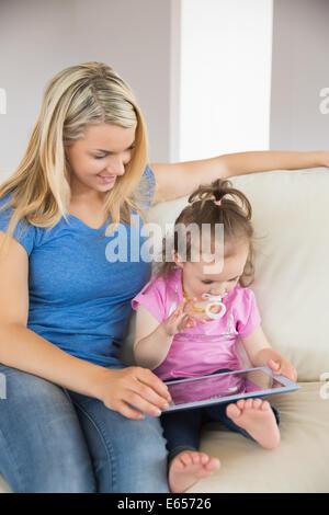Mutter und Tochter mit digital-Tablette auf couch - Stockfoto