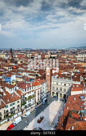 Verona, Italien, Panorama mit Piazza Delle Erbe und antiken Stadt von Romeo und Julied. - Stockfoto