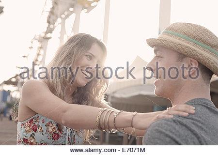 Junges Paar Lachen am Santa Monica Pier, Kalifornien, USA - Stockfoto