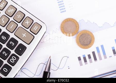 Finanzkonzept, Chart-Grafiken, Münzen und Rechner auf Business-Tabelle. - Stockfoto