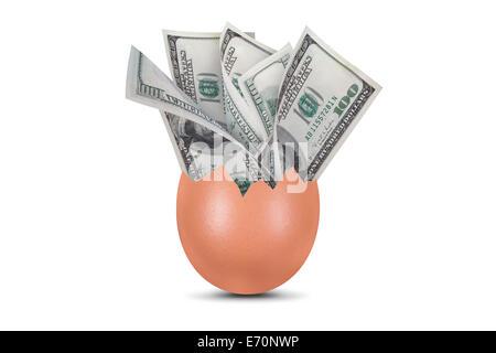 Hundert Dollar Geld Banknoten in gebrochenen Ei, isoliert auf weißem Hintergrund. - Stockfoto