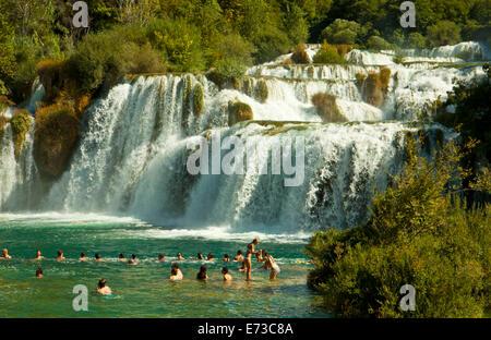 KRKA, KROATIEN - AUGUST 2014. Touristen-Bad unter dem Krka Wasserfälle im Krka-Nationalpark, die große Attraktion - Stockfoto